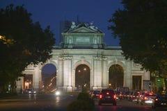 普埃尔塔de Alcala在晚上,马德里,西班牙 免版税库存照片