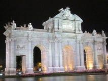 普埃尔塔de AlcalA? ¡马德里西班牙欧洲的夜视图 库存照片
