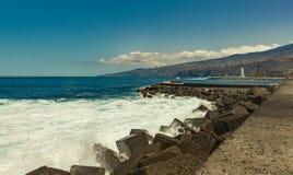 普埃尔托德拉克鲁斯,特内里费岛- 2017年4月12日:townscape的看法和海岸线在一好日子 与巨大的强的海海浪 图库摄影