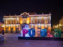 普埃布拉镇在用光和教会里装饰的夜、街道 免版税库存照片