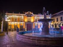 普埃布拉镇在用光和教会里装饰的夜、街道 库存照片