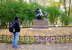 普希金纪念碑在圣彼得堡,俄罗斯 库存照片