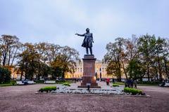 普希金雕象在圣彼德堡 库存照片