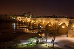 普恩特罗马在科多巴在晚上 免版税库存照片