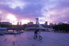 普恩特De在日落,布宜诺斯艾利斯,阿根廷的La Mujer 免版税图库摄影