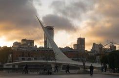 普恩特De在日落,布宜诺斯艾利斯,阿根廷的La Mujer 库存图片