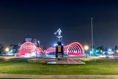 普恩特del Bicentenario Bicentenary桥梁和胡安包蒂斯塔布斯托斯准将雕象在晚上-科多巴,阿根廷 库存图片