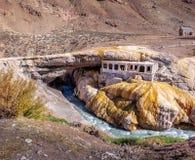 普恩特del Inca或在山脉de洛斯安第斯-门多萨省,阿根廷附近的印加人桥梁 库存照片
