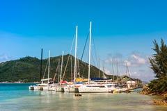 普拉兰岛海岛的塞舌尔群岛游艇小游艇船坞 库存照片