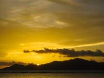 普拉兰岛海岛看法从拉迪格岛海岛海滩的在日落 Sey 图库摄影