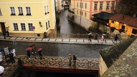 普拉哈,捷克共和国- 2018年10月28日:冈马从Karluv观看了多数查尔斯桥梁在下雨天建立的百年  免版税库存照片