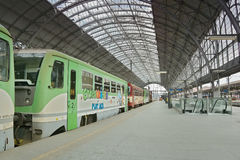 普拉哈,捷克共和国- 2017年5月08日:在布拉格市开汽车火车在主要火车站前庭的名为Cyklohracek  免版税图库摄影