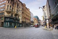 普拉哈,捷克共和国- 2017年5月08日:老历史红色电车在春天布拉格的跑Narodni街道 图库摄影