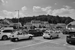 普拉哈Zbraslav,捷克共和国- 2018年8月04日:停放的汽车和历史房子Zbraslavske namesti的在aftern的夏天摆正 库存照片