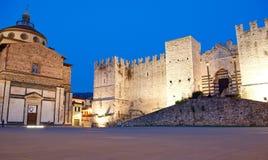 普拉托城堡和老圣玛丽亚delle Carceri教会 免版税库存图片