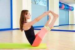 普拉提妇女开放腿摇摆物锻炼锻炼 免版税图库摄影
