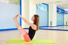 普拉提妇女开放腿摇摆物锻炼锻炼 库存图片