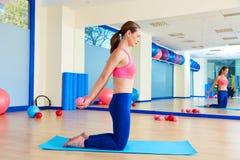 普拉提妇女沙子球胸口扩展锻炼 免版税库存图片