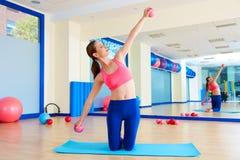 普拉提妇女沙子球行使锻炼在健身房 库存照片