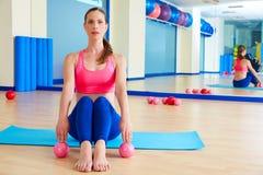 普拉提妇女沙子球行使锻炼在健身房 免版税图库摄影