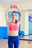 普拉提妇女沙子球行使锻炼在健身房 免版税库存图片