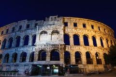 普拉的古老罗马圆形剧场在晚上 库存图片
