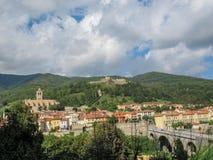 普拉茨deMollo中世纪被围住的镇全景与教会圣徒朱斯特和Sainte Ruffine,堡垒拉加尔德,老石桥梁的 免版税库存图片