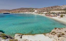 普拉萨海滩,基莫洛斯岛海岛,基克拉泽斯,希腊 免版税库存图片
