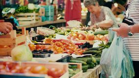 普拉,克罗地亚- 2017年8月4日 在地方市场的人买的黄瓜 股票录像
