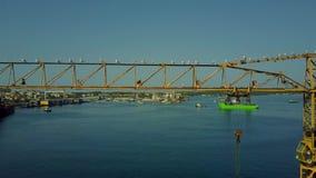 普拉,克罗地亚- 2017年8月4日 塔吊三角帆、海鸥和Uljanik造船厂的鸟瞰图 股票录像