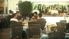 普拉,克罗地亚- 2017年8月4日 年轻男性朋友在街道咖啡馆出去吃饭 股票录像