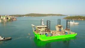 普拉,克罗地亚- 2017年8月4日 未完成的顶起的船具船在港口被拖曳的阿波罗鸟瞰图  影视素材