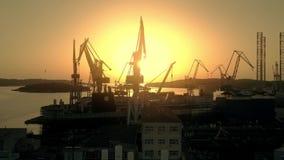 普拉,克罗地亚- 2017年8月5日 造船厂剪影的鸟瞰图在日落的 影视素材