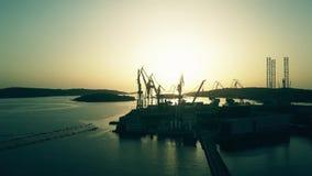 普拉,克罗地亚- 2017年8月5日 造船厂剪影的鸟瞰图在日落的 股票录像