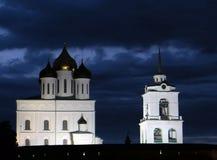 普斯克夫克里姆林宫反对黑暗的多云天空的夜视图 库存照片