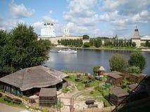 普斯克夫克里姆林宫和三位一体大教堂的SlovenianView 在Izborsk堡垒附近的春天 库存图片