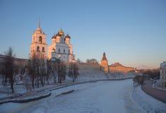 普斯克夫克里姆林宫在太阳的第一光芒的冬天 免版税库存图片