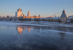 普斯克夫克里姆林宫在太阳的第一光芒的冬天 库存照片