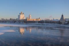 普斯克夫克里姆林宫在太阳的第一光芒的冬天 库存图片