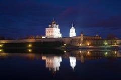普斯克夫克里姆林宫在10月夜 俄国 库存图片