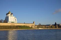 普斯克夫克里姆林宫的三位一体大教堂的看法在Velikaya河的左岸 免版税库存照片