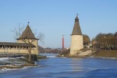 普斯克夫克里姆林宫的塔在冬天晚上 免版税库存图片