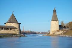 普斯克夫克里姆林宫的塔Pskova和Velikaya合流地方的  普斯克夫克里姆林宫,俄罗斯 免版税库存图片