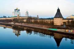 普斯克夫克里姆林宫Krom和三位一体大教堂,俄罗斯 免版税库存照片
