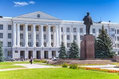 普斯克夫州立大学和列宁纪念碑 库存图片