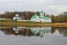 普斯克夫,俄罗斯河岸的老教会  正统寺庙在古城 免版税库存照片
