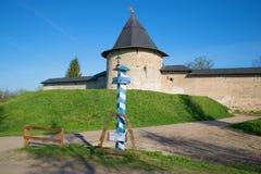 以普斯克夫洞为背景修道院,俄罗斯一个古老防御塔的一个难忘的里程碑  免版税库存照片