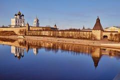 普斯克夫 春天 大教堂在河 库存图片