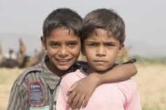 普斯赫卡尔骆驼的Mela两个年轻人男孩 印度 免版税库存图片