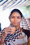 普斯赫卡尔,印度- 2017年在s的1月16日妇女饮用的masala茶 免版税库存图片